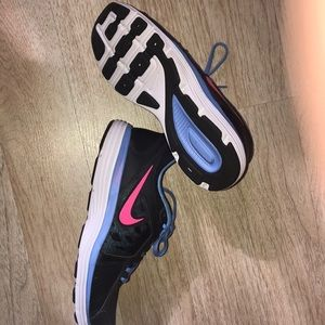 ⭐️Women Nike sneakers .. size 9.5
